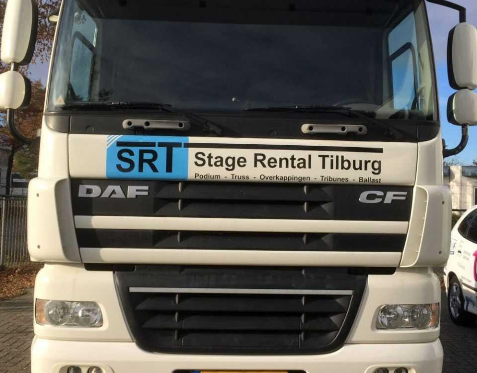 Logo op vrachtwagen beletteren