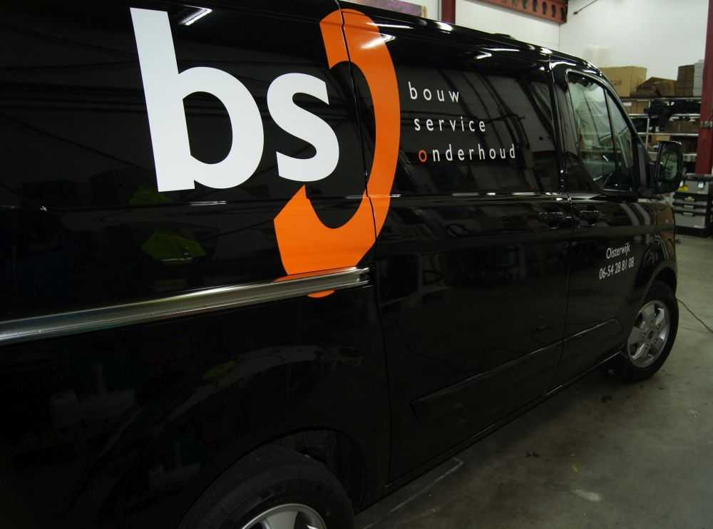 Bedrijfbus met eigen logo van BS Bouw