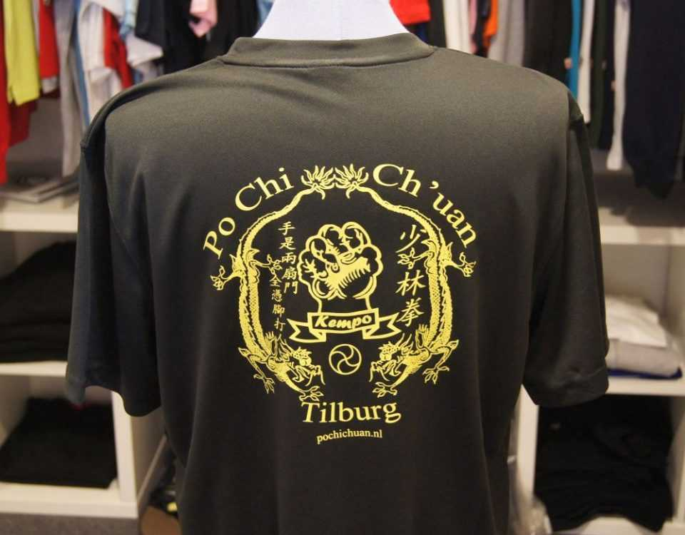 Logo op rug van t-shirt