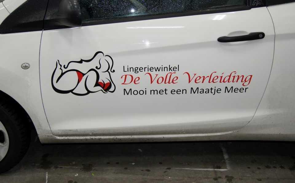 Auto met logo op zijkant