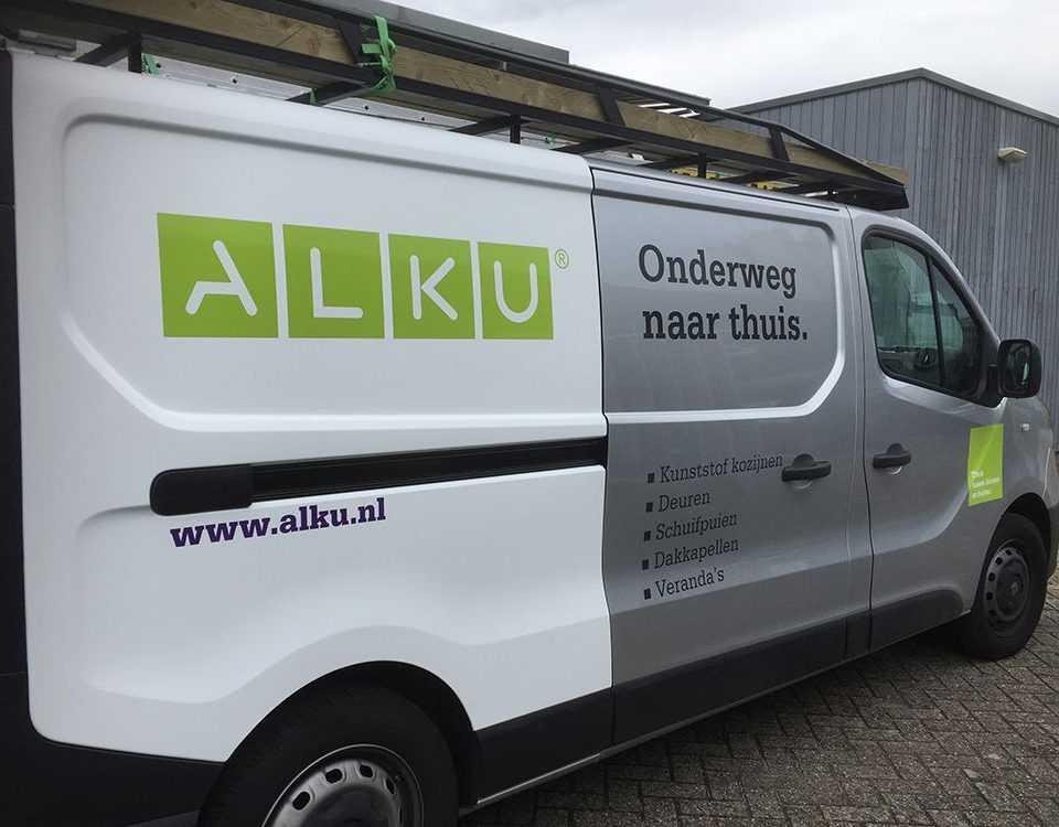 ALKU bus met logo