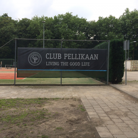 Spandoek op tennisbaan