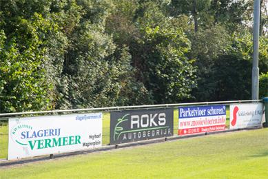 reclameborden naast voetbalveld
