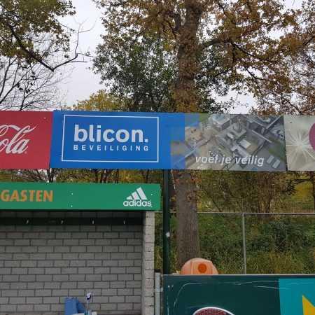 Sportveld borden met merken